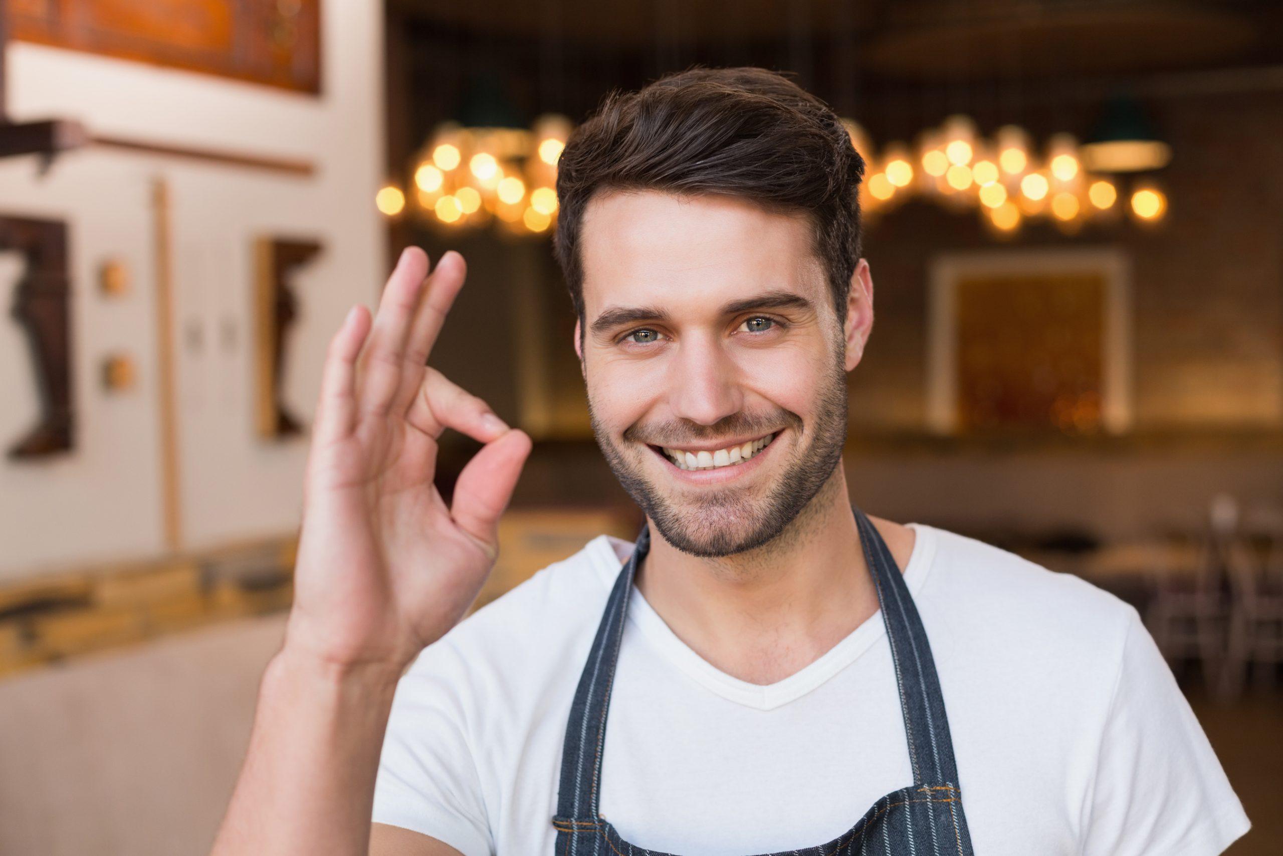 RepUPMag Giovane manager del ristorante approva i consigli di marketing della ristorazione